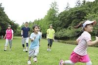 芝の上を走る三世代ファミリー