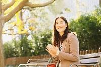 待ち合わせをしている日本人女性
