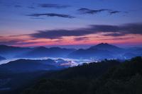京都府 五老岳より望む舞鶴東港の朝 青葉山(右)