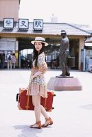 旅行カバンを持つ女性