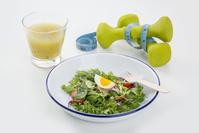 野菜サラダとダンベル