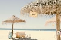 砂浜のパラソル