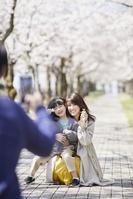 スマートフォンで写真撮影をする日本人家族