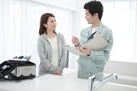 話をしている作業員と日本人女性