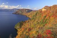 青森県 旧瞰湖台から夕景の紅葉の十和田湖