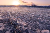 北海道 夕景の屈斜路湖の砕け氷