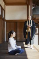 お寺で体験する日本人女性