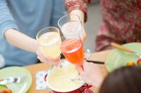 乾杯をする女性3人