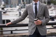 コーヒーを持つ外国人男性