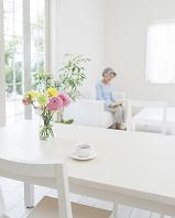 テーブルの上のティーカップと花