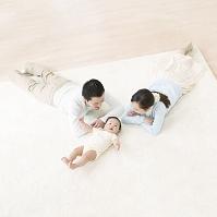 カーペットの上に寝そべる日本人家族