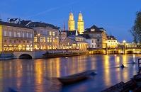 スイス 夜のリマト川とグロスミュンスター