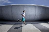 ジョギングをする外国人男性