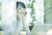 カフェの日本人ビジネスウーマン