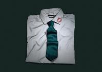 襟にキスマークの付いたシャツ