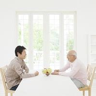 テーブルで向かい合う父と子