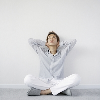 胡坐をかき見上げる日本人男性