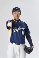 野球ボールを握る投手