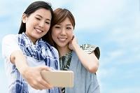 自分撮りをする日本人女性