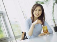 カフェでアイスティーを飲む日本人女性