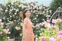 満開のローズガーデンを楽しむ日本人女性