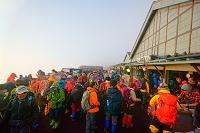 山梨県 富士山頂の山小屋と登山者