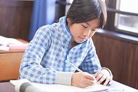 勉強している小学生の日本人の男の子