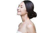 目を閉じた女性の横顔