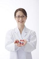分子モデルを持つ眼鏡の女性化学者