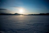 北海道 凍結して雪に覆われた屈斜路湖の朝