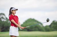 ドライバーを構える女子ゴルフ選手