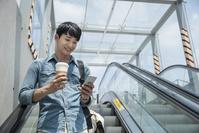 スマートフォンを利用する男性