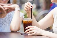オープンカフェで過ごす女性とアイスコーヒー