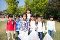 ゴミ拾いをする小学生と先生