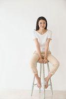 ハイチェアに腰掛ける日本人女性