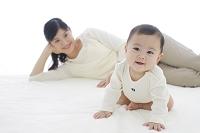 ベッドでくつろぐ赤ちゃんとお母さん