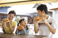 ハンバーガーを食べる日本人親子