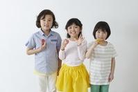 アルファベットを持つ日本人の子供