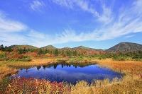 青森県 八甲田・睡蓮沼 紅葉と山並み