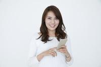 スマートフォンを持つ若い日本人女性