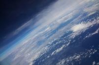地球を見下ろす