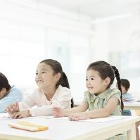 机で勉強する日本人の子供達