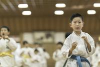 空手の稽古中の日本人の子供たち