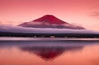 山梨県 逆さ映りの赤富士と山中湖