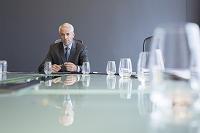 テーブルに座るビジネスマン