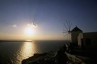 夕日とイアの風車