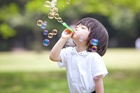 シャボン玉を吹く日本人の女の子