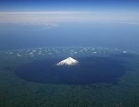 ニュージーランド 旅客機の窓から見るエグモント山