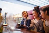 海外旅行を楽しむ日本人女性