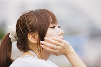 見つめる日本人女性